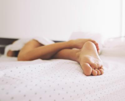 Pies tapados en la cama